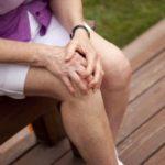 болит колено у женщины