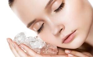 Протирание лица кубиком льда