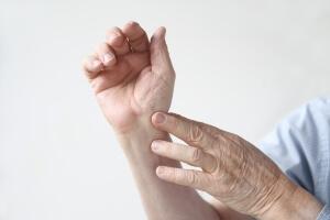 Болезненность кистей рук