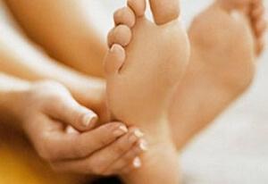 Боль между пяткой и носком