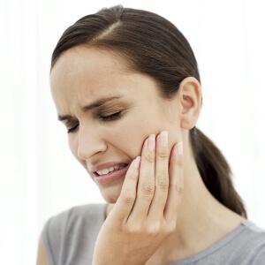 Боль в десне над зубом