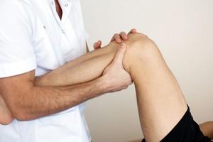 Болит за коленом