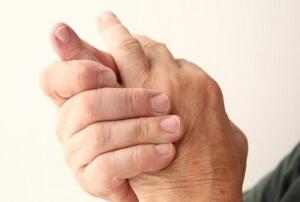 Разрабатывает руку после перелома