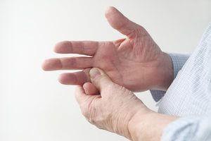 Болит безымянный палец