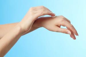 Гладит пальчики
