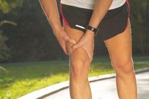 Немеет нога от бедра до колена с внешней стороны: причины