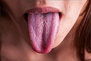 Язык девушки