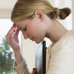 Девушка мучается от боли