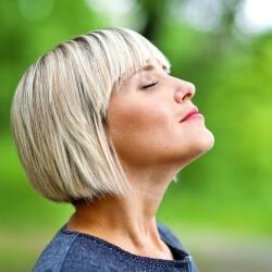 Женщина глубоко вдыхает