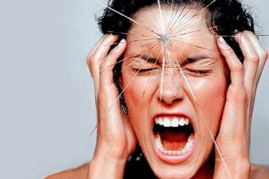 Кричит от боли в голове