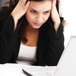 Недомогание у девушки за компьютером