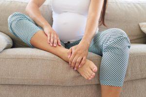 Беременная женщина жалуется на боль