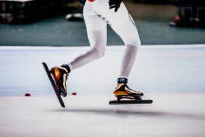 Едет на коньках