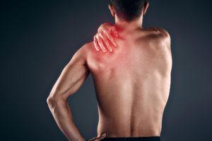 Массажирует больное плечо