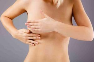 Массажирует грудь