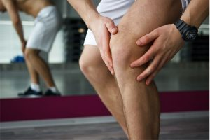 Массирует ножки из-за боли