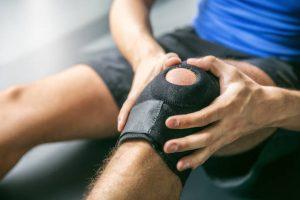 Перевязаная больная коленка