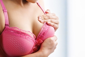 Касается груди