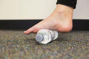 Раскатывает ногу на бутылочке