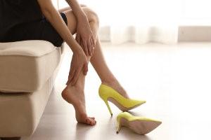Женщина ноет от тяжести в ногах