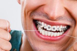 Чистит нитью зубки