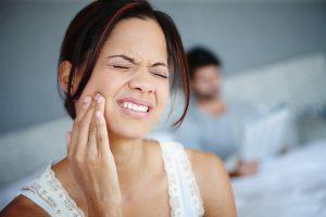 Хмурится от боли в зубах