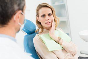 Сидит у стоматолога с больным зубиком