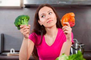 Выбирает между овощами