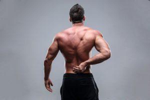 У человека болит спина