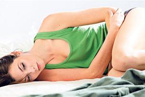 У женщины очень сильно болит живот