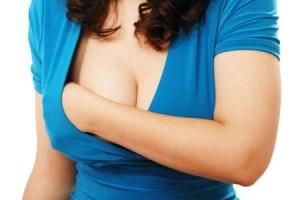 Ощупывает правую грудь