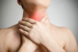 Держит больное горлышко