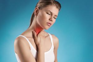 Держится за простуженное горлышко