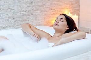 Отдыхает в ванне с пеной