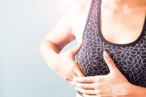 Недомогание под грудью у женщины