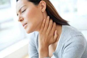 Держится за больное горло