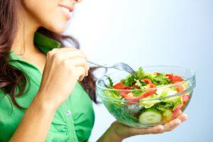 Женщина ест салатик