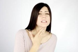 Женщина массирует горлышко