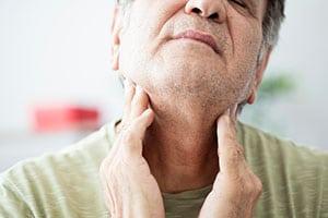 Воспаленное горло мужчины
